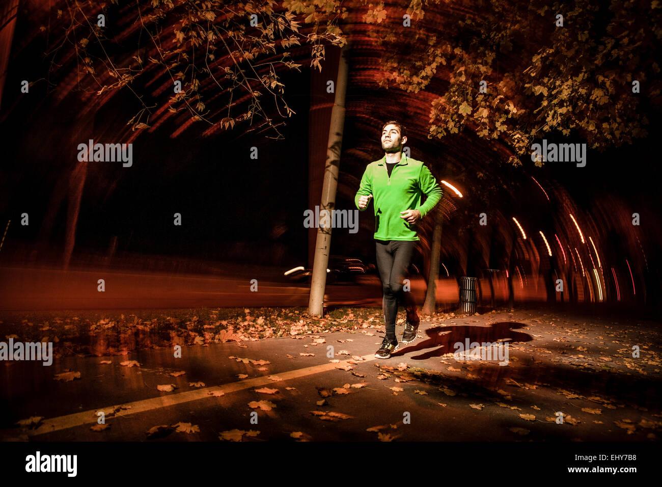 Hombres runner jogging en el parque al atardecer Imagen De Stock