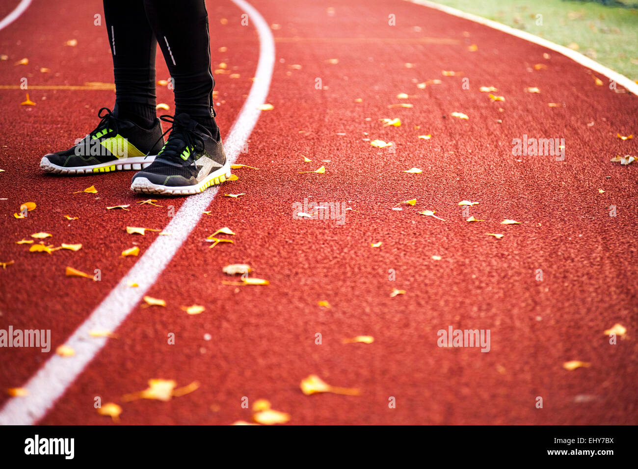 Deslizadera masculino está en la pista de atletismo Imagen De Stock