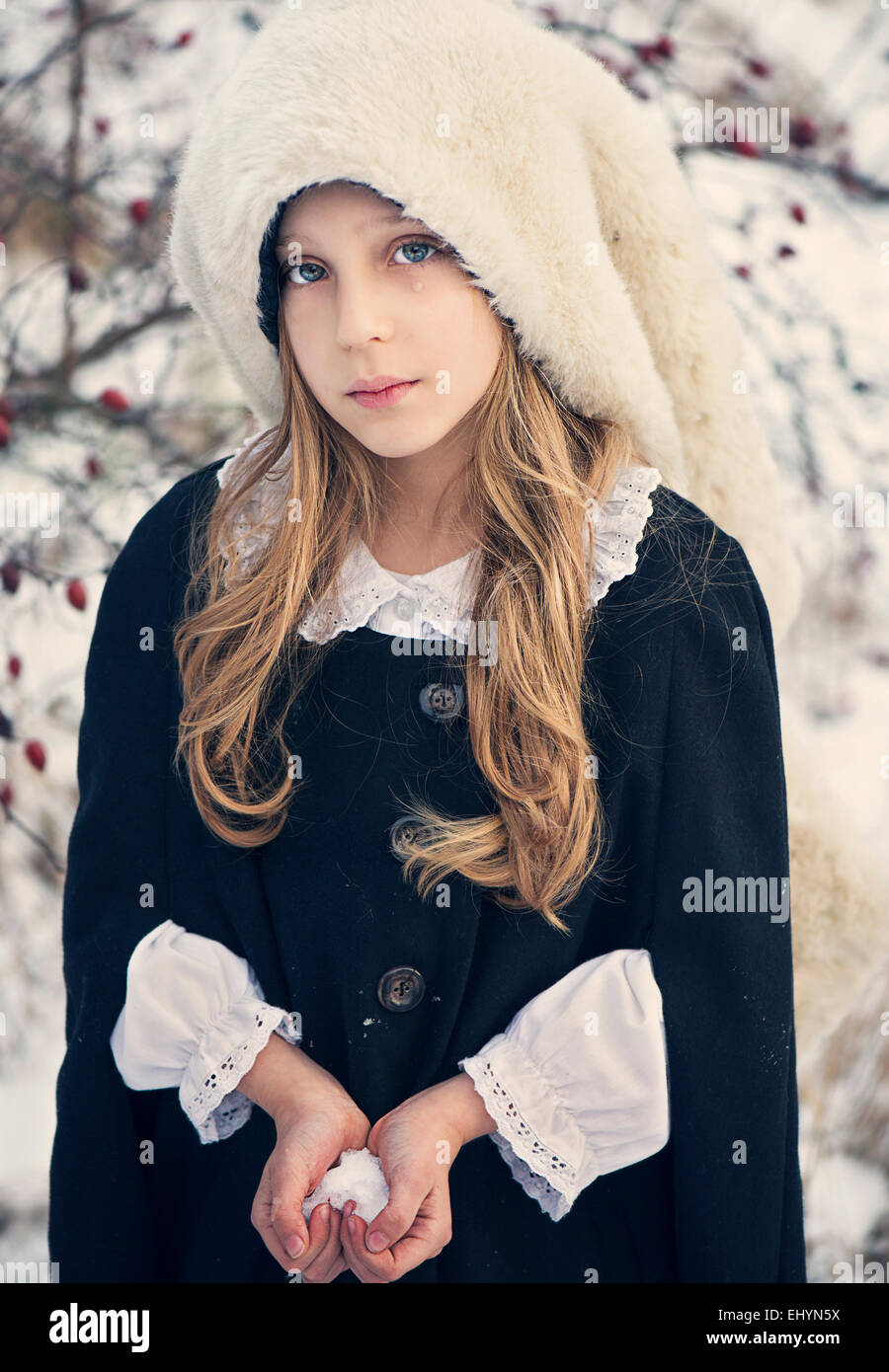 Triste busca Chica sujetando la nieve en forma de corazón Imagen De Stock