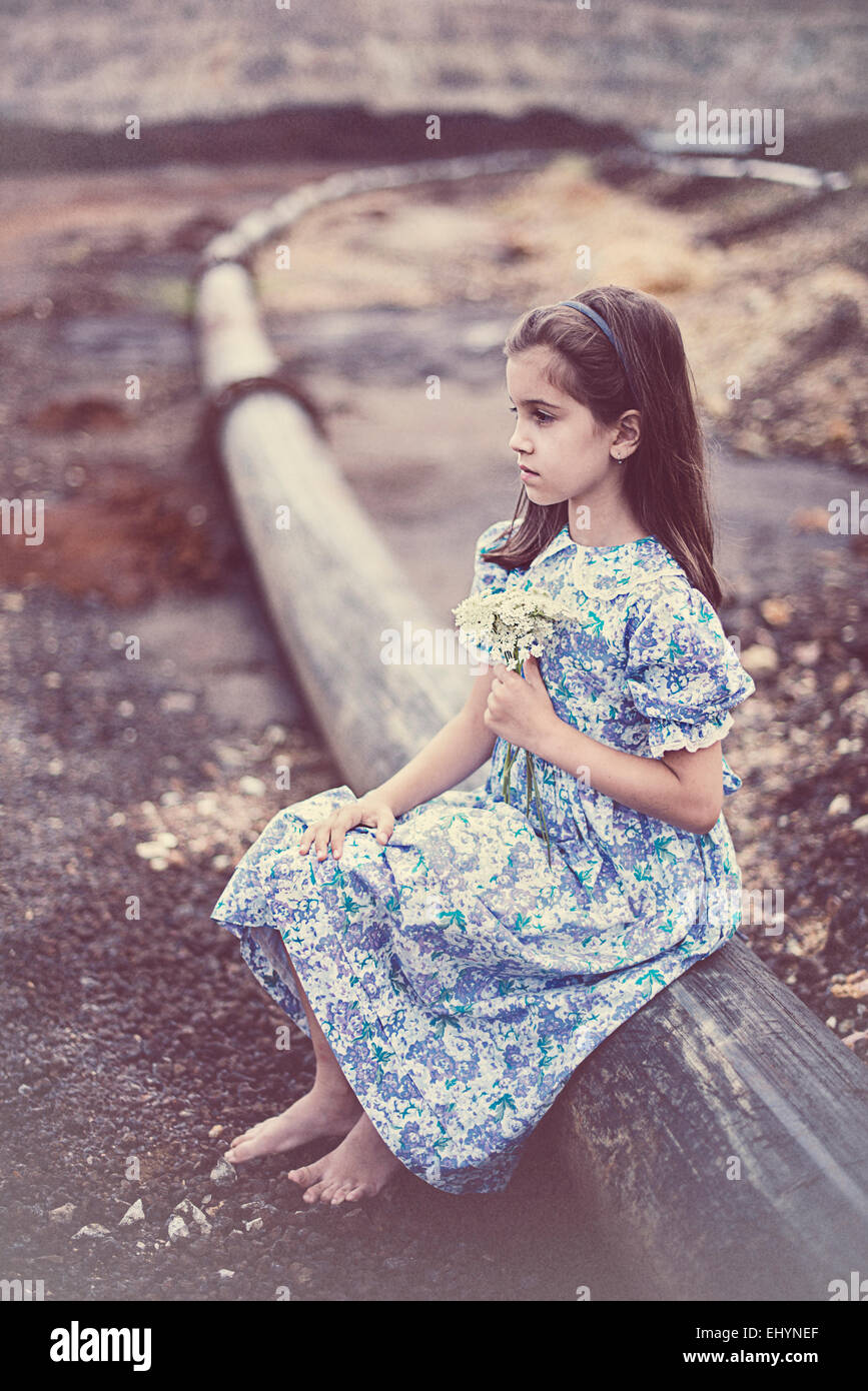Chica sujetando un ramo de flores Imagen De Stock