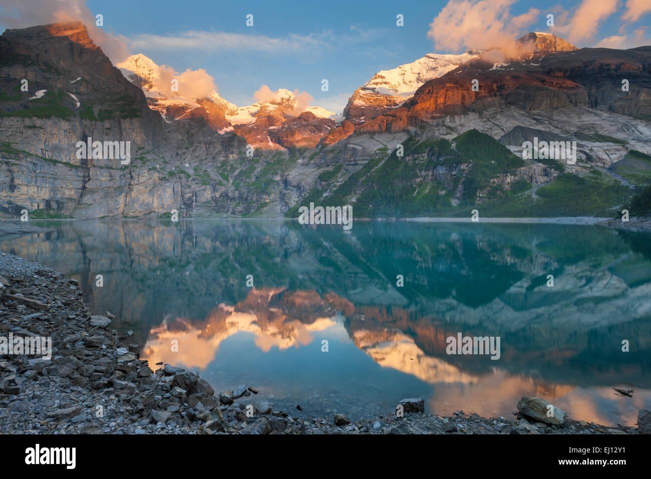 Lago de Oeschinen, Suiza, Europa, cantón de Berna, en el Oberland Bernés Kandertal, lago de montaña, Imagen De Stock