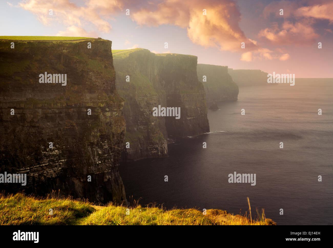 Los Acantilados de Moher en el amanecer. Irlanda Foto de stock