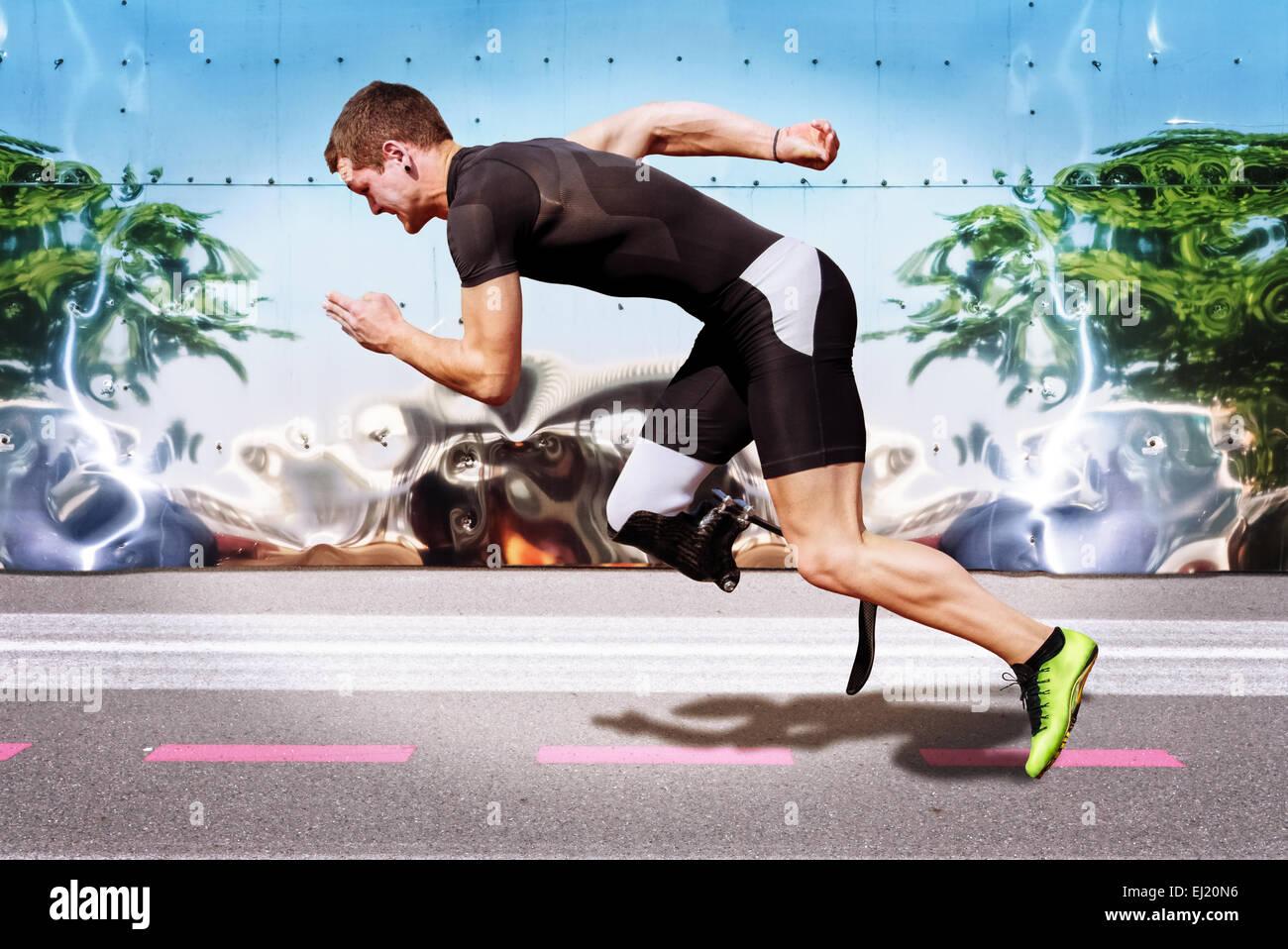 Sprint explosivo de atleta masculino en la superficie de la carretera con fuertes antecedentes de metal reflectante. Imagen De Stock