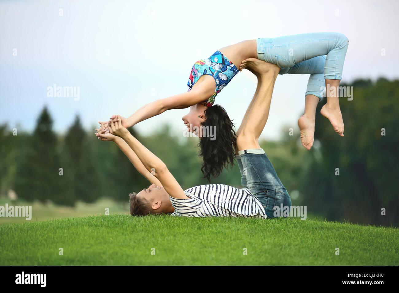 El hombre y la mujer sobre el césped Imagen De Stock