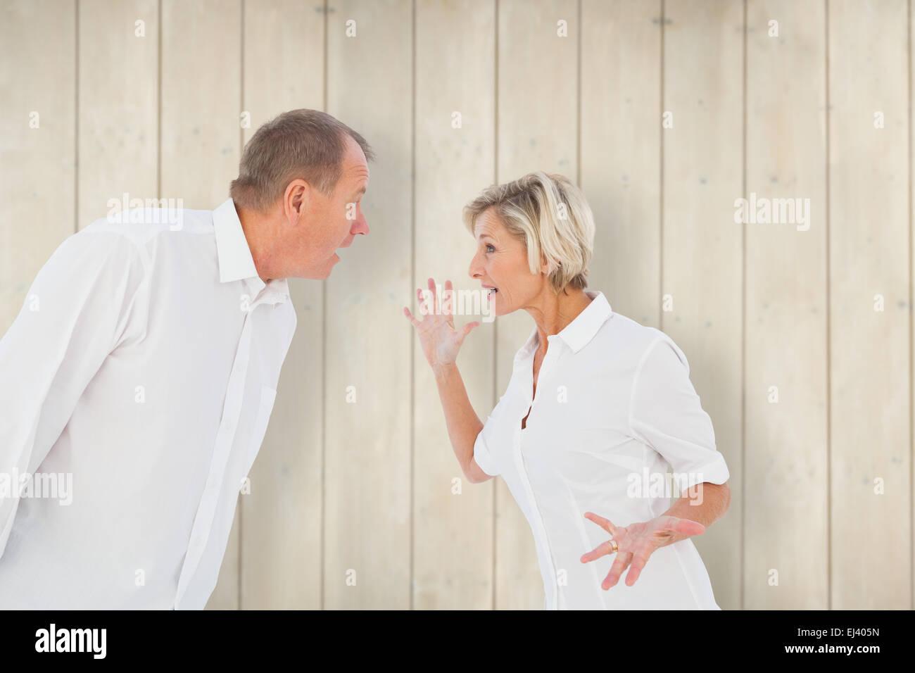 Imagen compuesta de enojado pareja de ancianos discutiendo entre sí Foto de stock