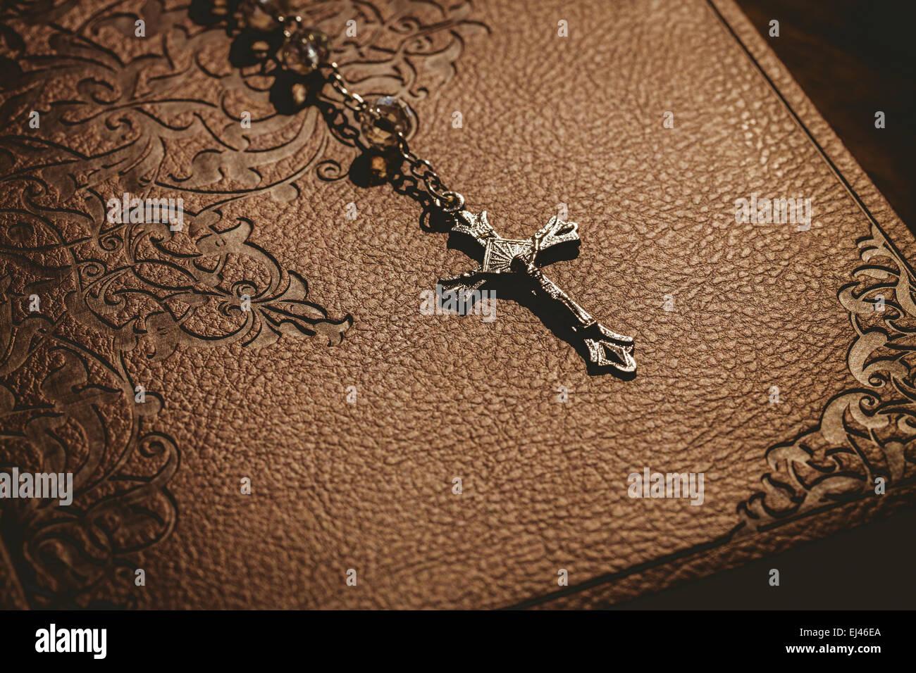 Rosario con la biblia Imagen De Stock