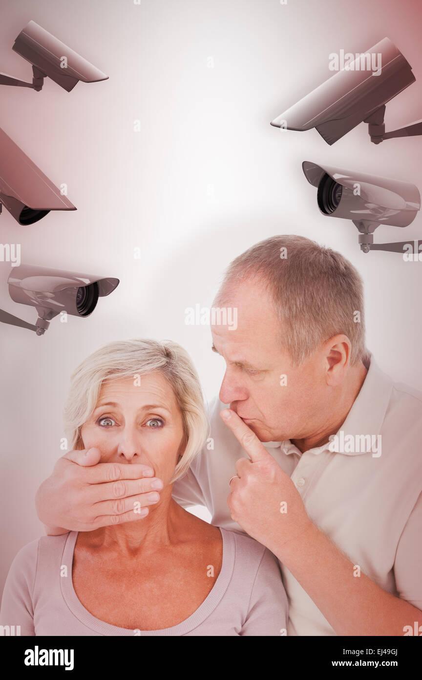 Imagen compuesta del hombre silenciar sus temerosos partner Foto de stock