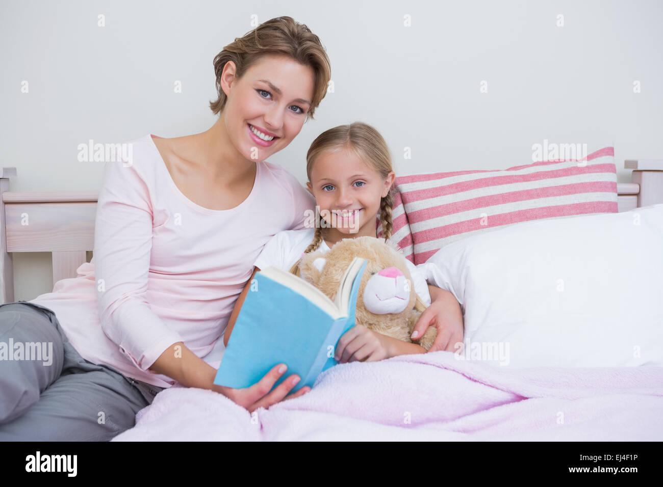 La madre con su hija a la hora de acostarse Imagen De Stock