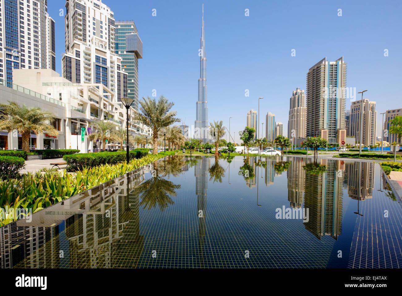 Torre Burj Khalifa reflejado en el estanque en Dubai, Emiratos Árabes Unidos Imagen De Stock