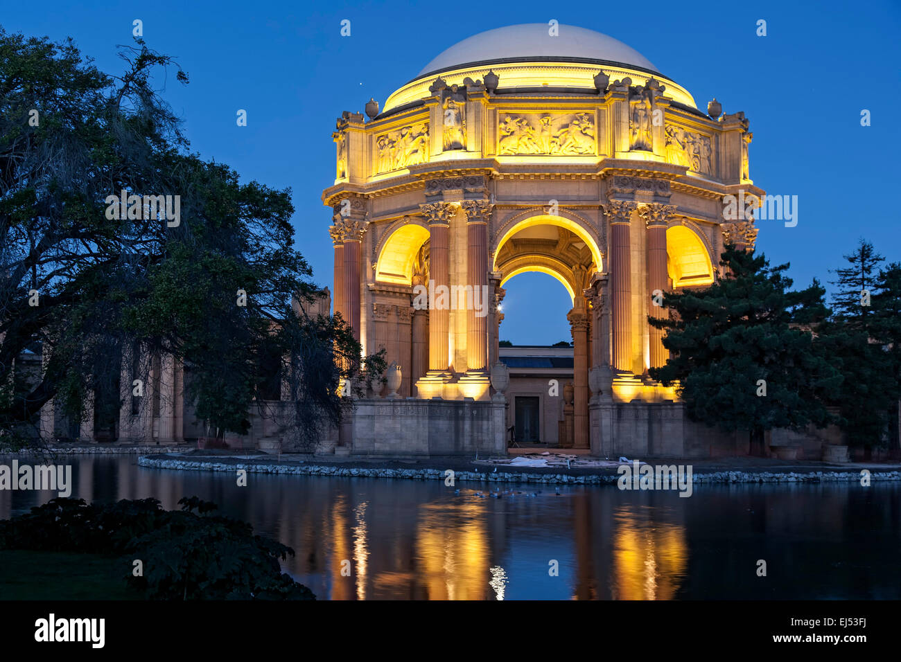 Palacio de Bellas Artes y exploratorio en penumbra, San Francisco, California, EE.UU. Imagen De Stock