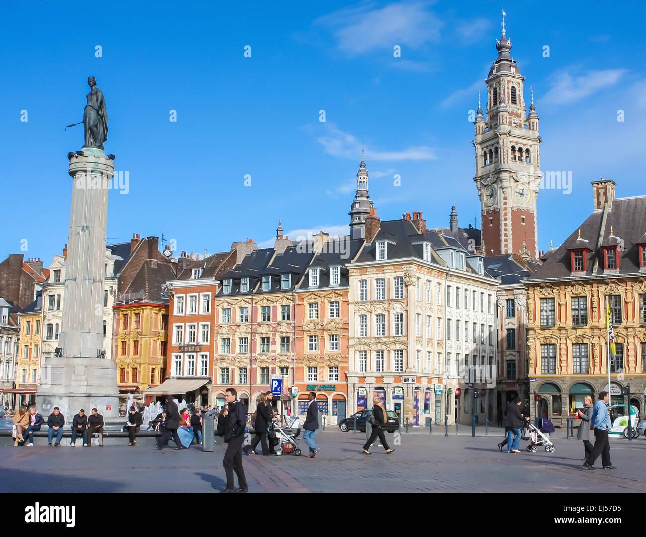 Chambre de Commerce y la estatua y columna de Deesse (1845) en el lugar que el General de Gaulle en Lille, Francia. Imagen De Stock