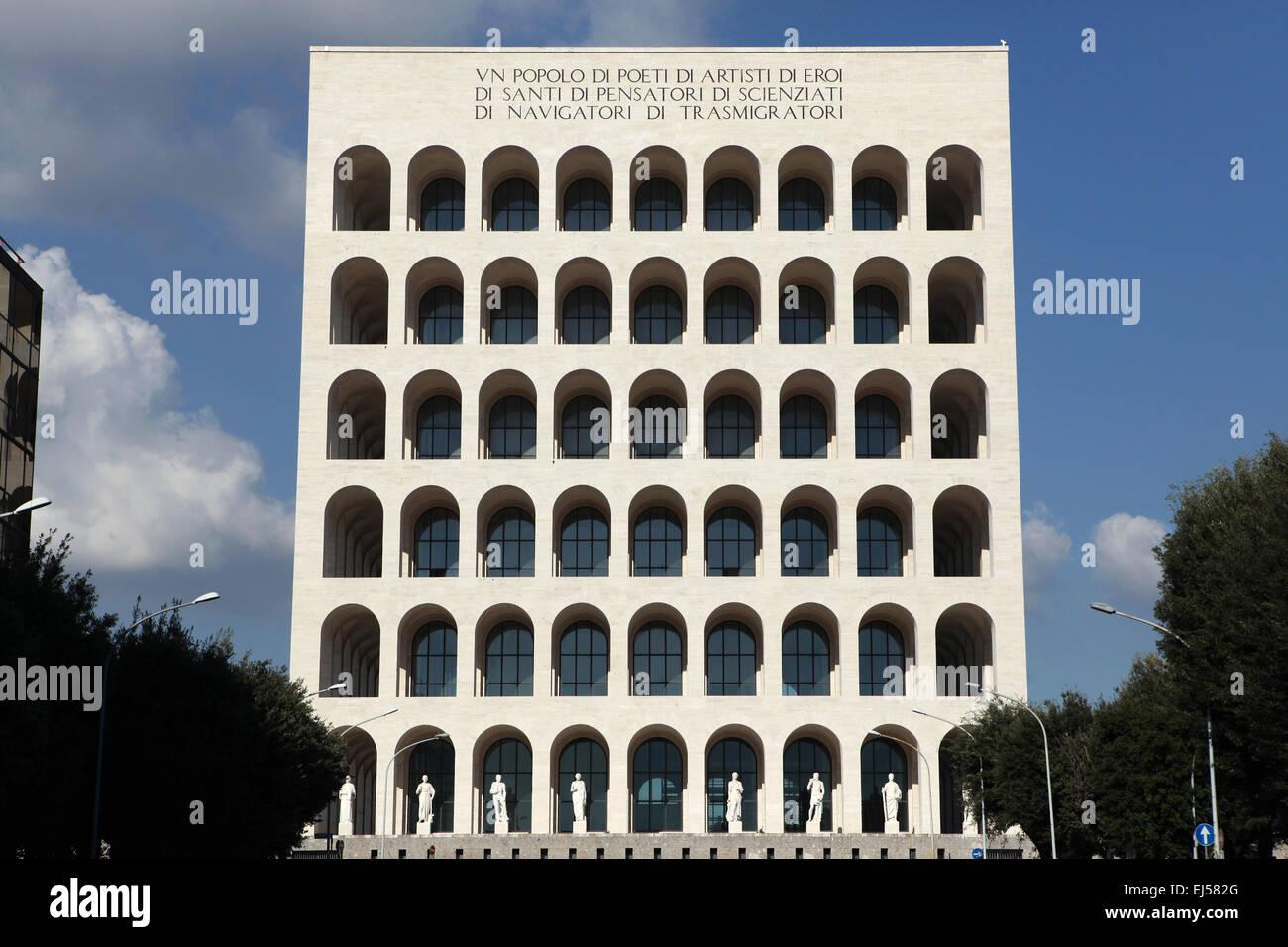 Palazzo della Civilta Italiana, también conocido como el Coliseo Cuadrado en el distrito EUR de Roma, Italia. Imagen De Stock