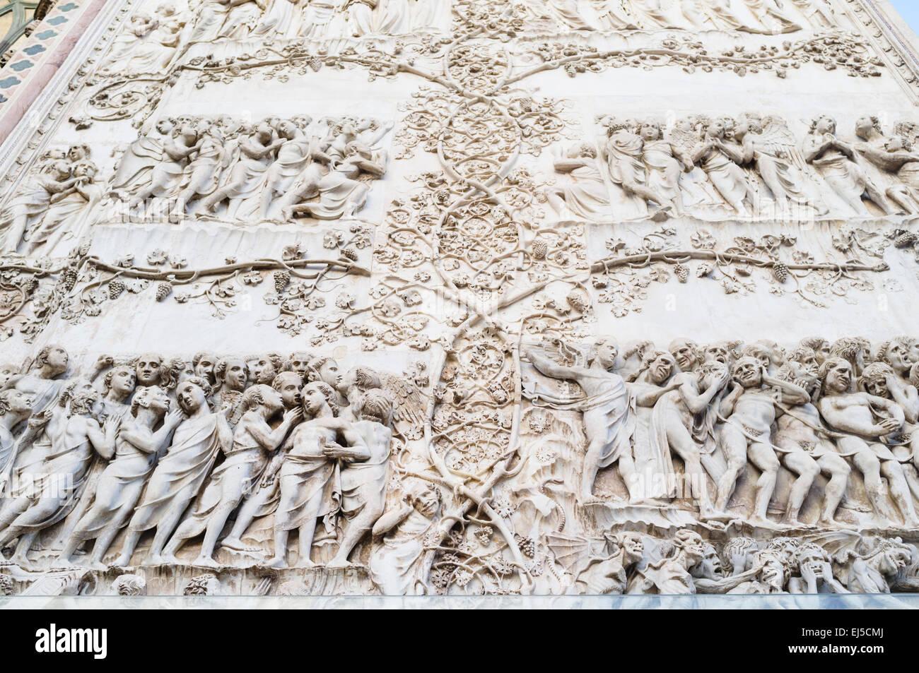 14th-century bajorrelieve que representa el Juicio Final (Apocalipsis) en la fachada de la Catedral de Orvieto, Imagen De Stock