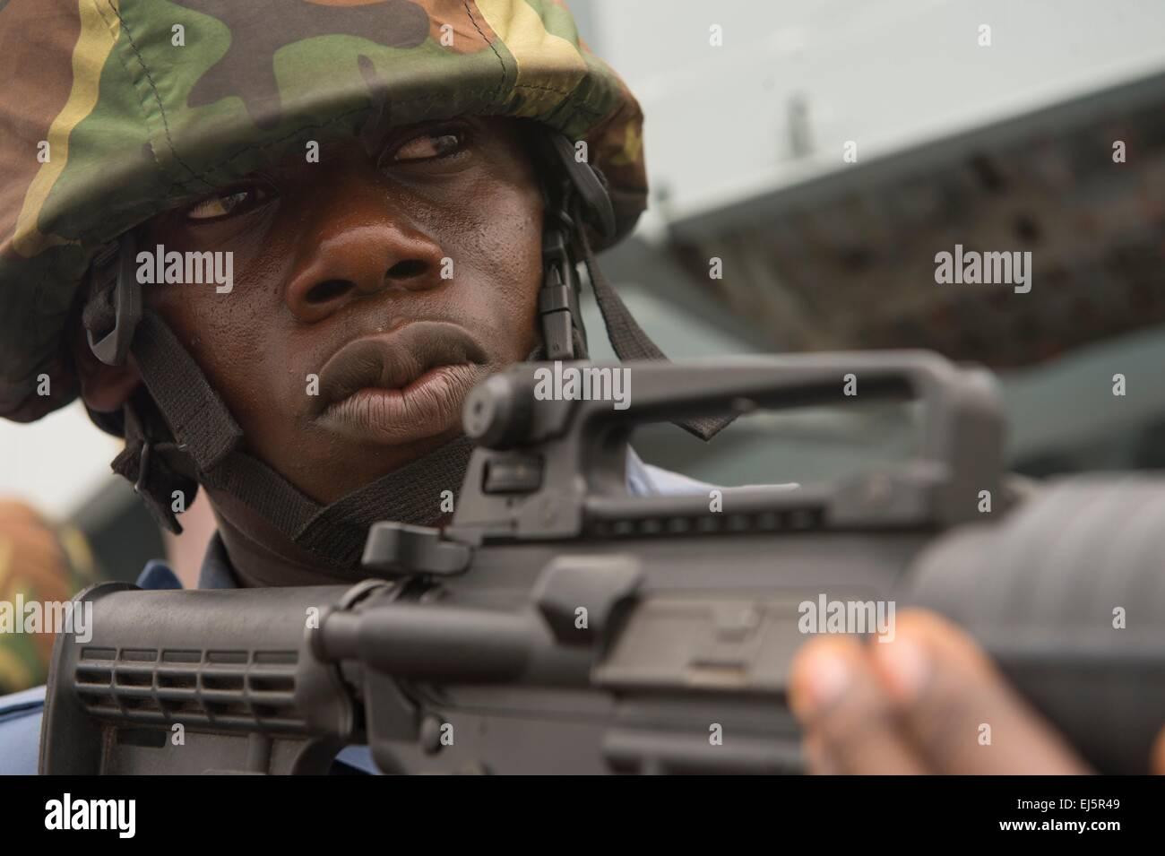 Un miembro del equipo de embarque de la marina de Ghana realiza la seguridad de la zona durante una visita, junta, Foto de stock