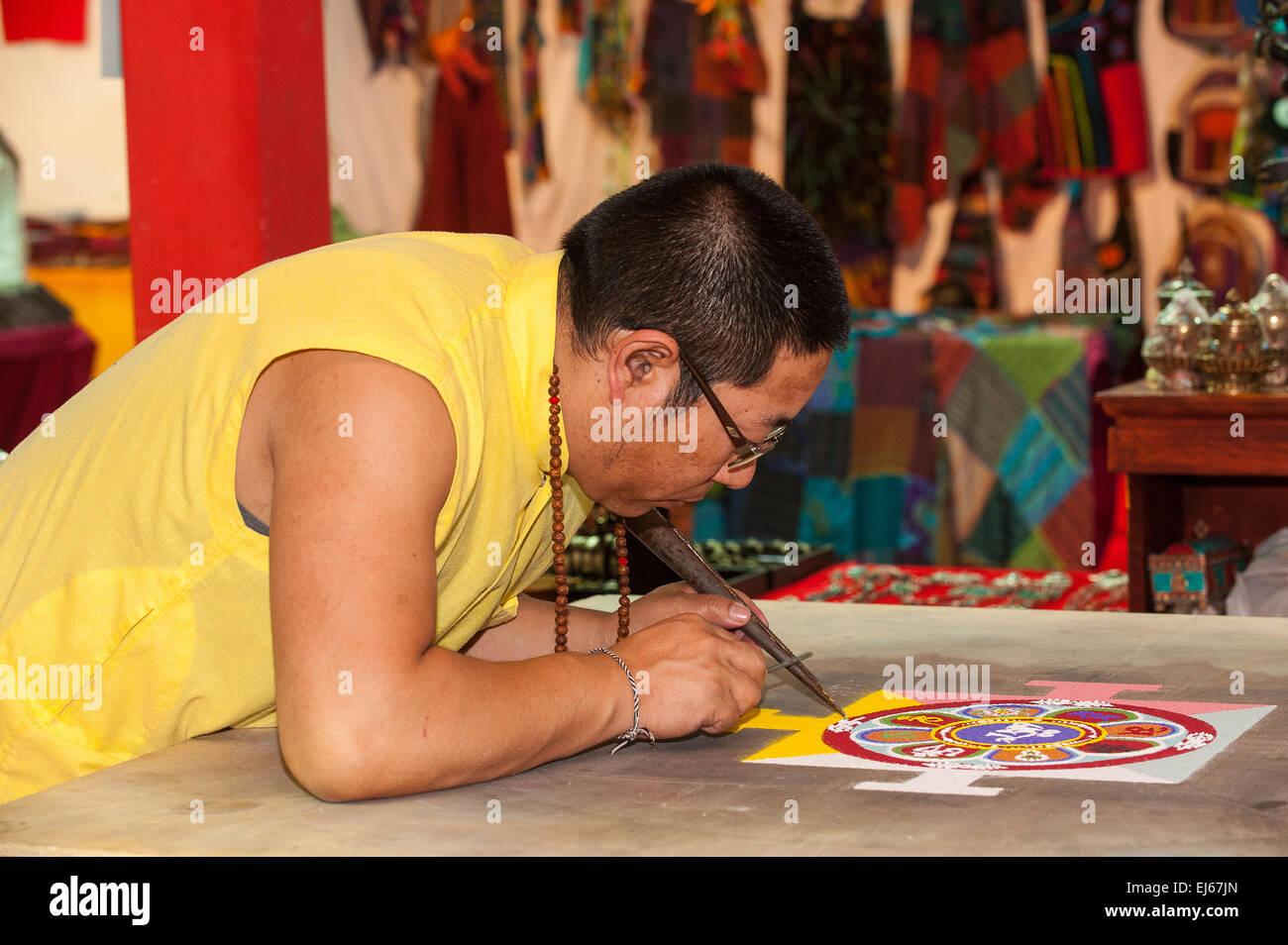 Turín, Italia. El 22 de marzo de 2015. Feria de Lingotto 'Festival dell'Oriente' desde el 20 hasta el 22 de marzo de 2015 y del 27 al 30 de marzo de 2015 - 20 de marzo de 2015 -mandala tibetano Crédito: Realmente fácil Star/Alamy Live News Foto de stock