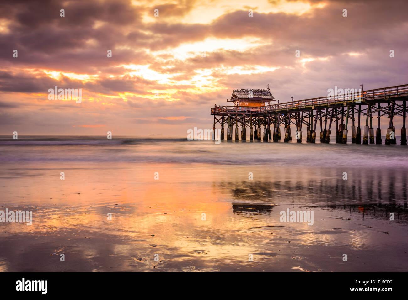 Cocoa Beach, Florida, EE.UU. de la playa y el muelle al amanecer. Imagen De Stock