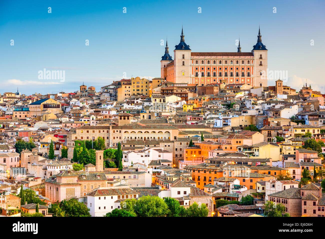 Toledo, España casco antiguo paisaje urbano en el Alcazar. Imagen De Stock