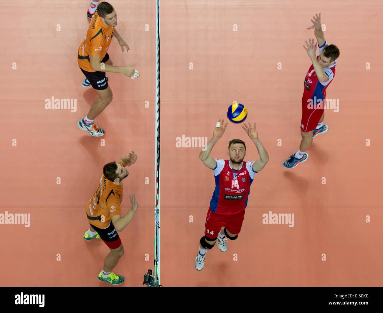 LUBIN, POLONIA - Enero 19, 2015: Grzegorz Pajak (14) en acción durante el match PlusLiga en voleibol entre Imagen De Stock