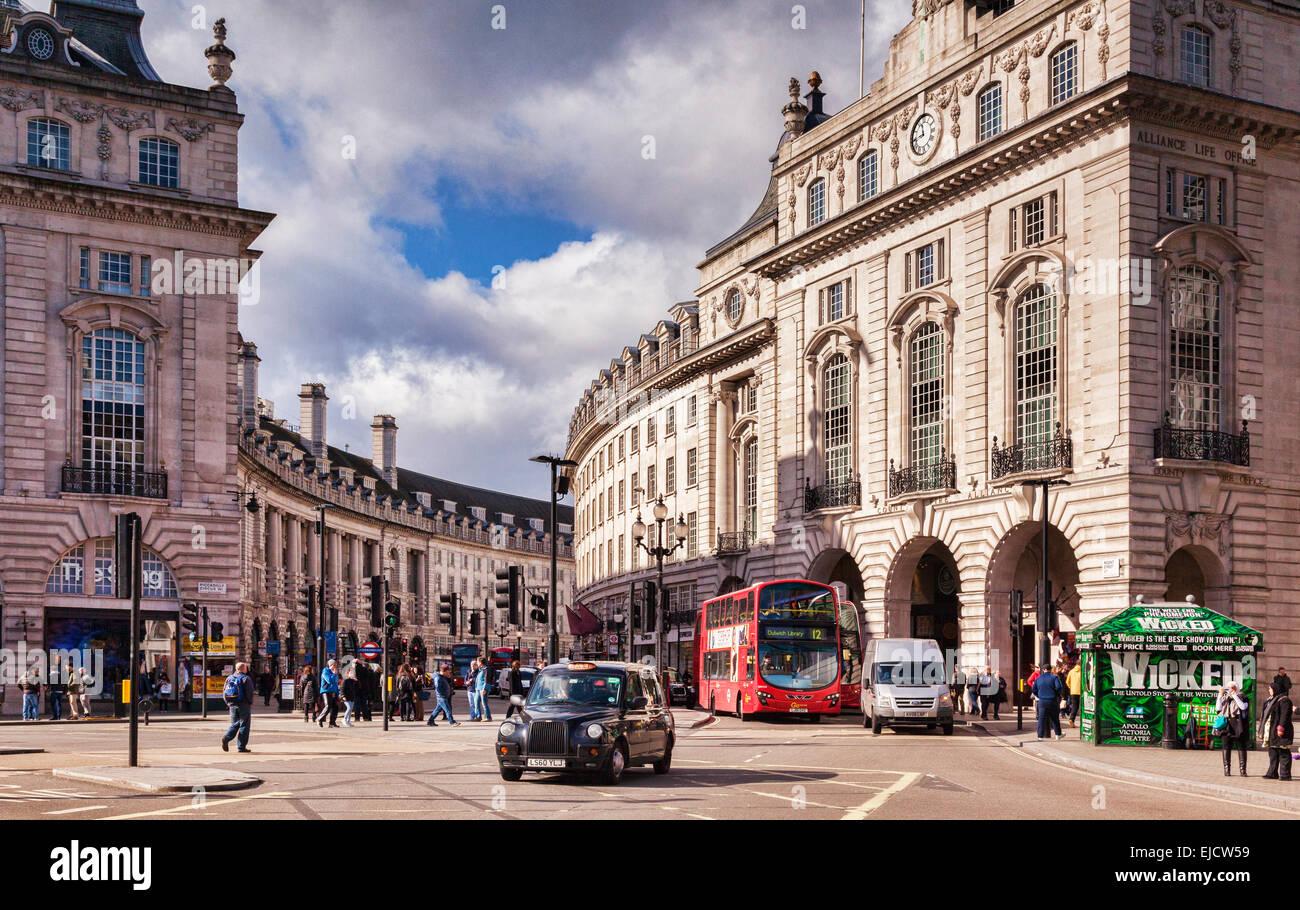 Un taxi y un autobús londinense en la entrada de Regent Street, Londres, Inglaterra, Reino Unido. Imagen De Stock