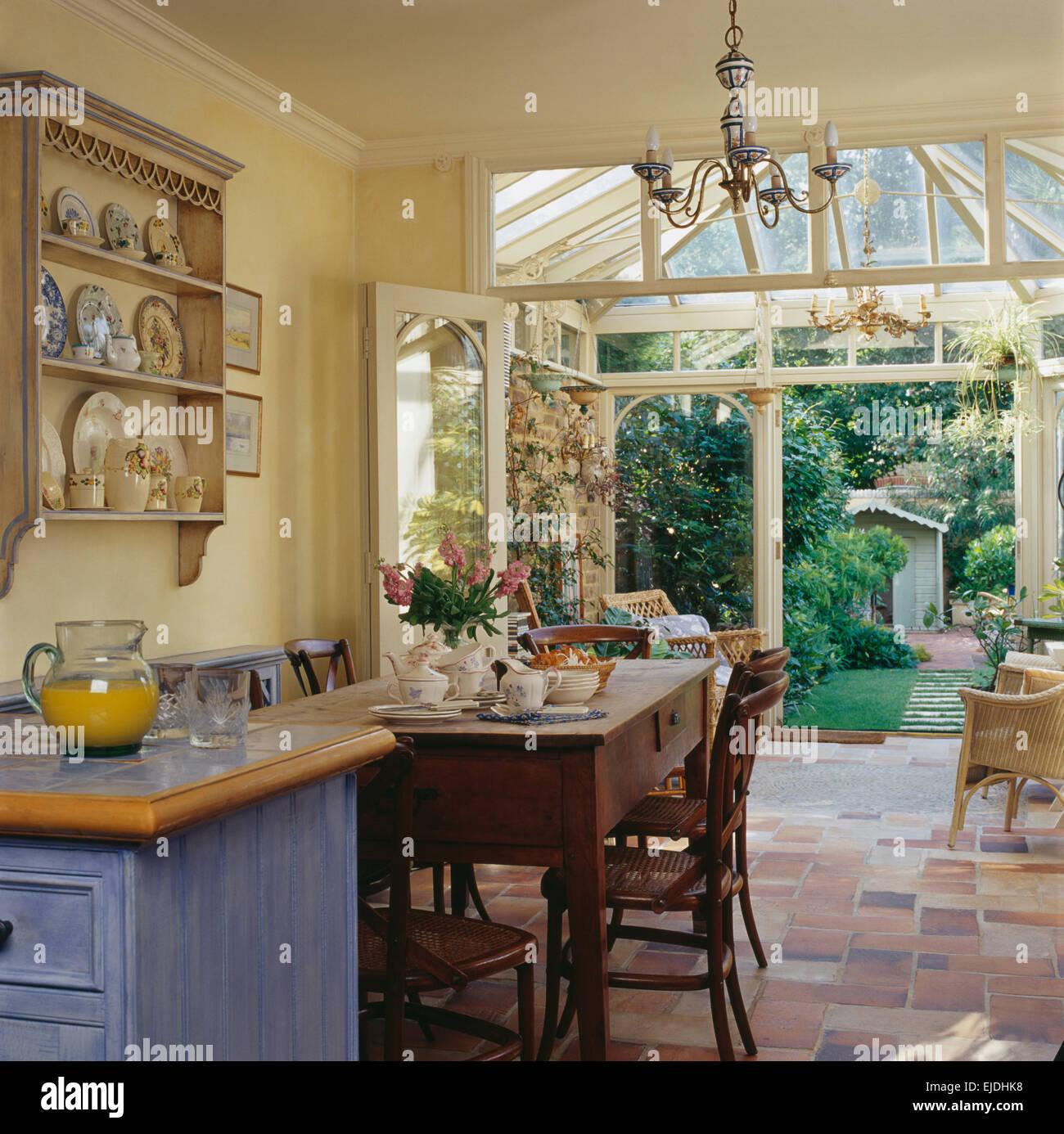 Mesa y sillas de madera simple en el país cocina comedor con ...