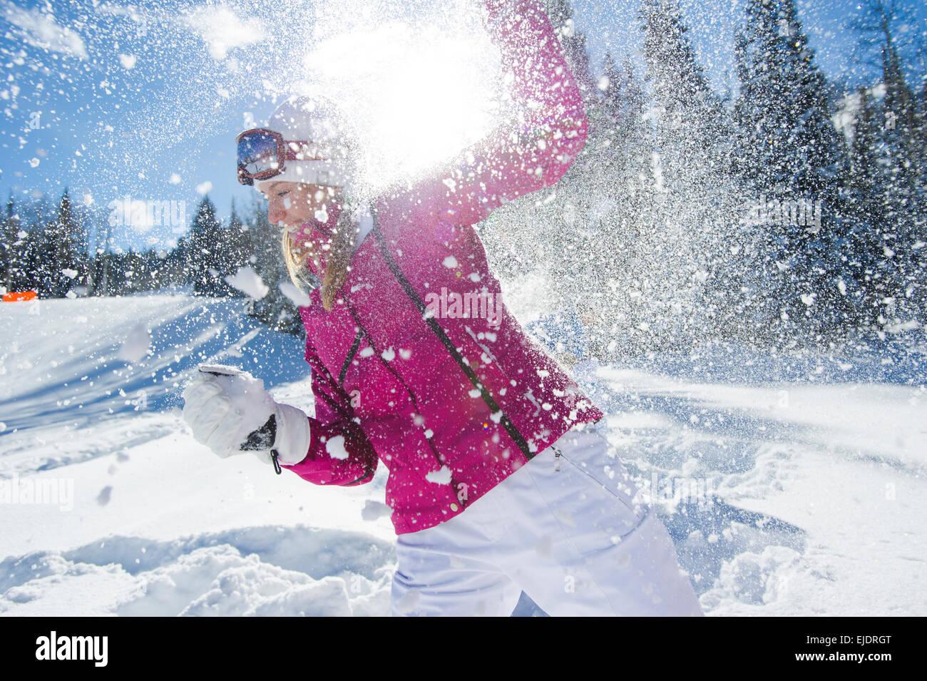 Una mujer que lucha de bola de nieve con tus amigos Imagen De Stock
