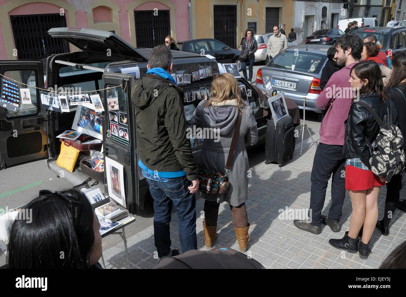 Oscar Elias y Rosmi Duaso exposición durante un día, junto al mercado de alto PAO en Poble Nou Barcelona Imagen De Stock