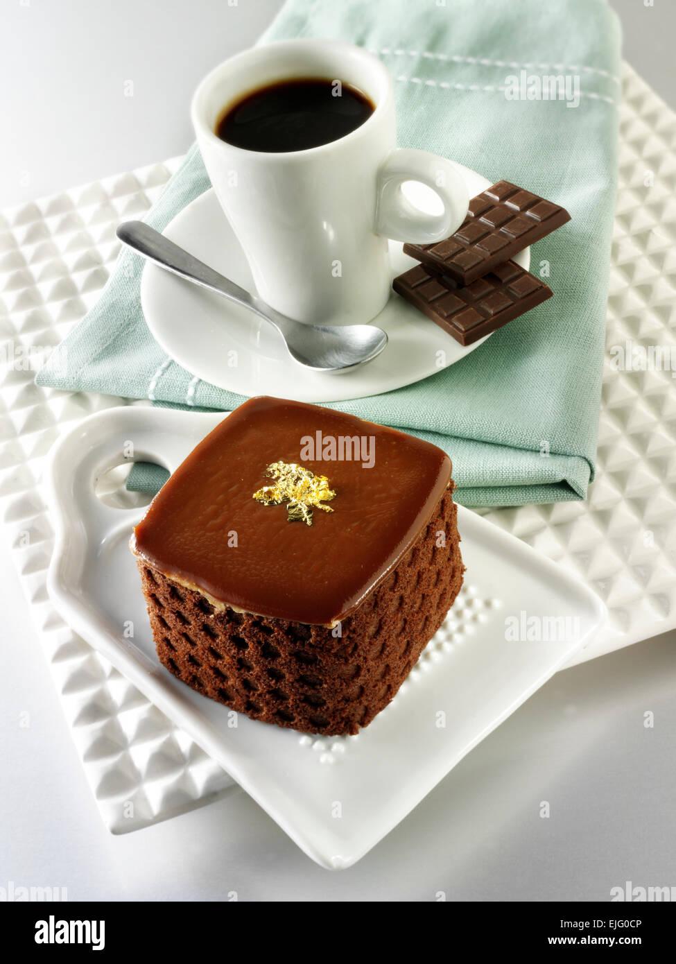 Bizcocho de chocolate y relleno de chocolate Foto de stock