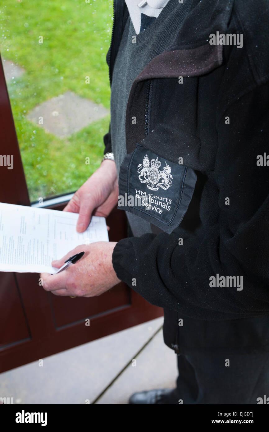 HM Tribunales tribunales y corte de servicio Alguacil sirviendo desalojo garantiza anuncio en el desalojo el desalojo Foto de stock