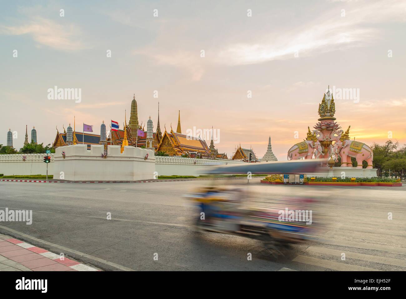 Tuk Tuk para automóviles de pasajeros. Hacer turismo en Bangkok. Imagen De Stock