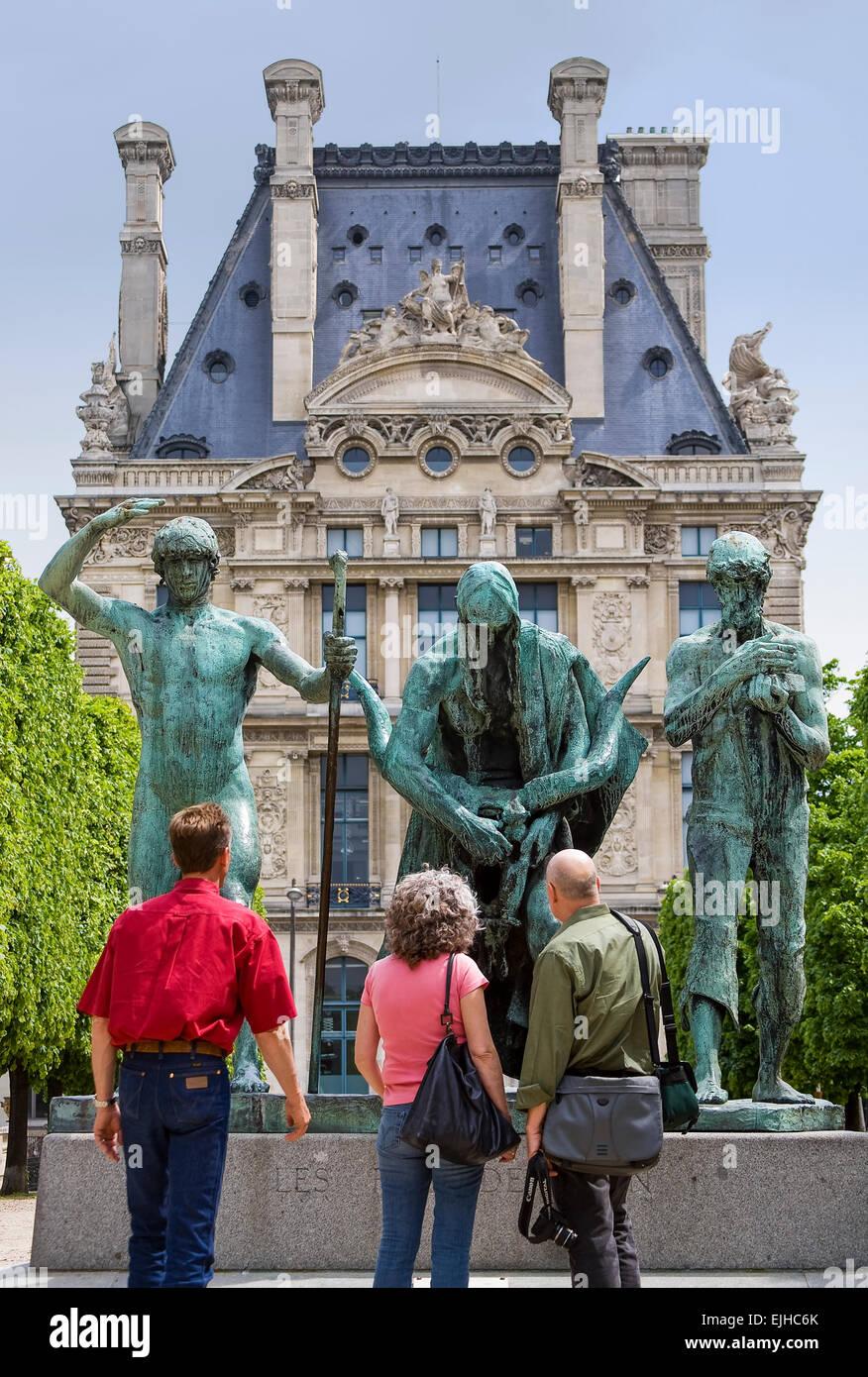 Los visitantes mirando estatuas en La Terrasse du bord de l'eau, Paris, Francia Foto de stock