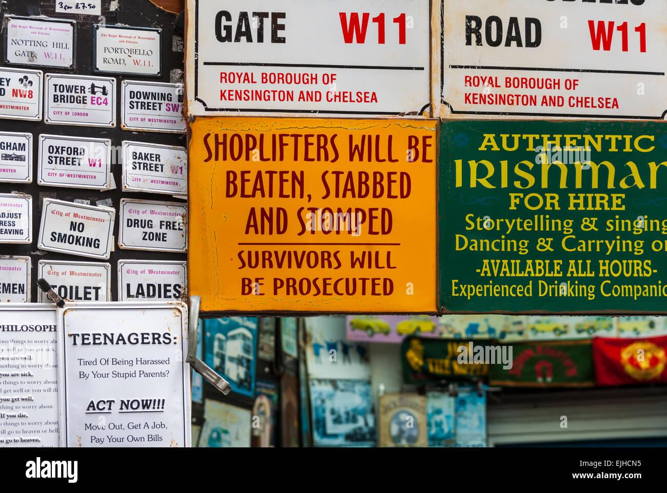 Humorístico y otros signos para la venta, el mercado de Portobello Road, Londres, Inglaterra Imagen De Stock
