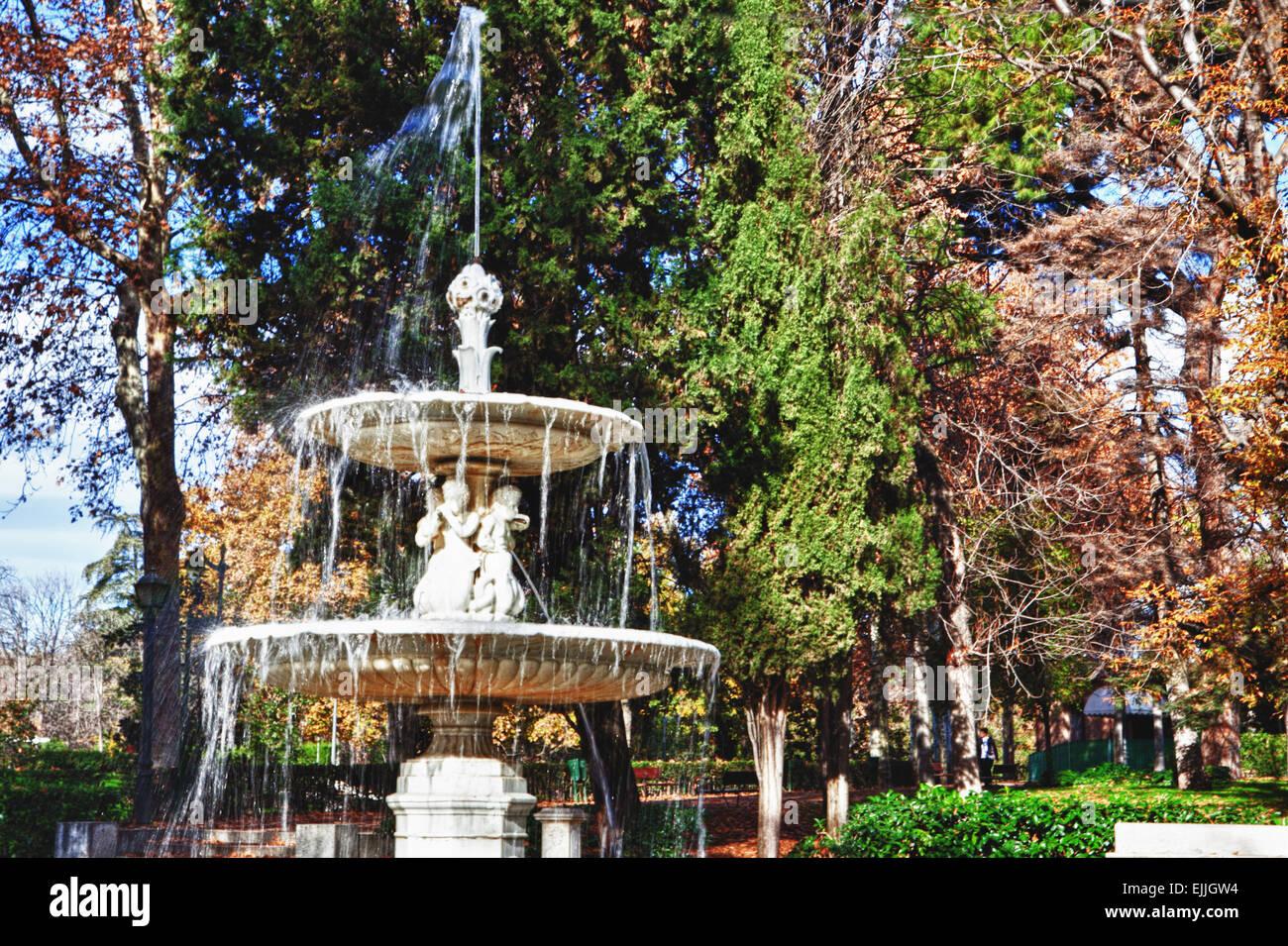 Fuente llena de gotas en el parque del retiro de Madrid, España. temporada de otoño Imagen De Stock
