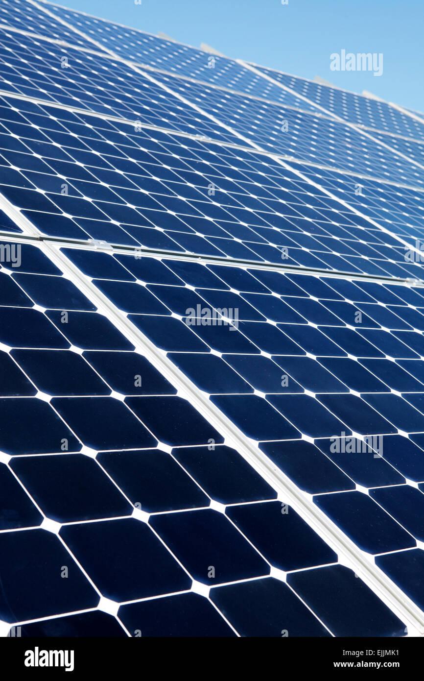 Los paneles solares fotovoltaicos. Imagen De Stock