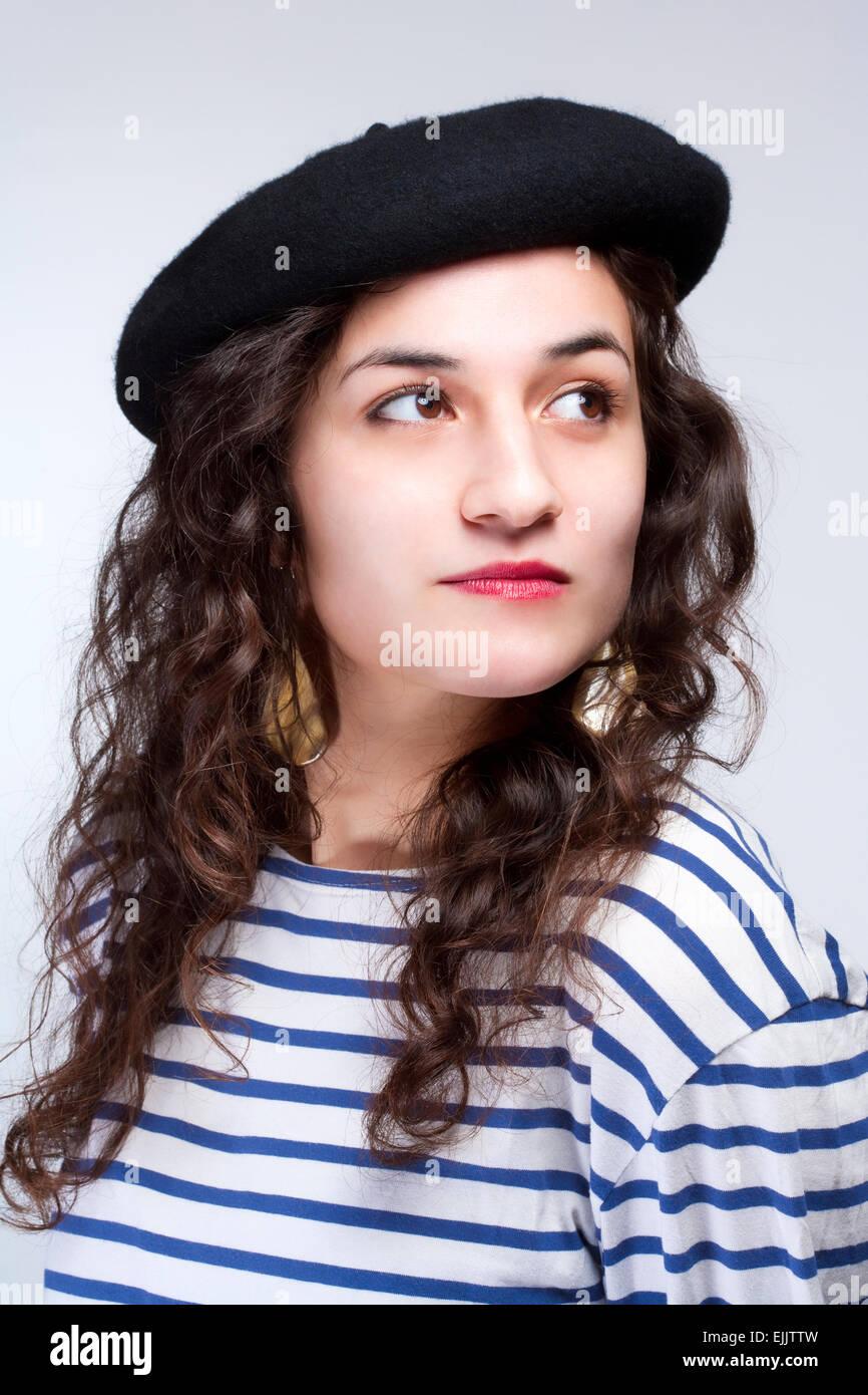 Mujer joven con boina estilo francés sombrero y camiseta de rayas Imagen De  Stock 4a6872b67fd