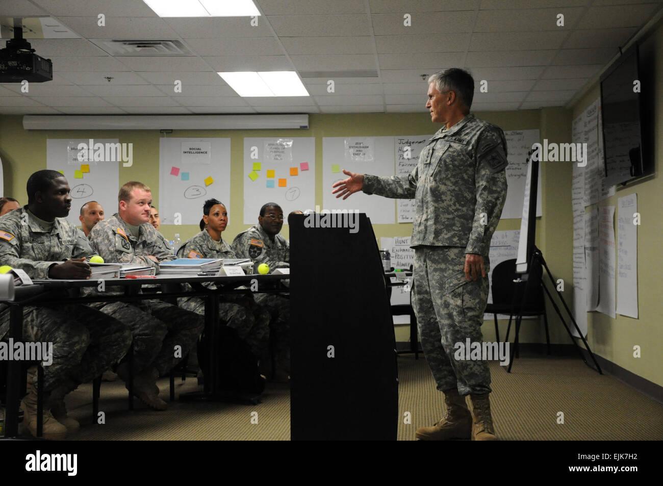 El general George W. Casey, hable con el maestro de la Escuela de Formación de resistencia de estudiantes durante Imagen De Stock