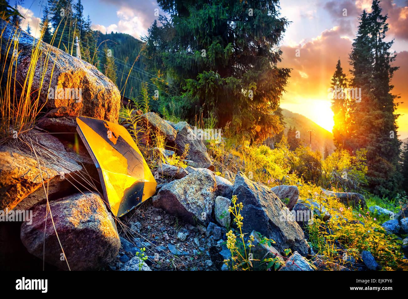 Señal de flecha apuntando a la puesta de sol en las montañas de Kazajstán Imagen De Stock