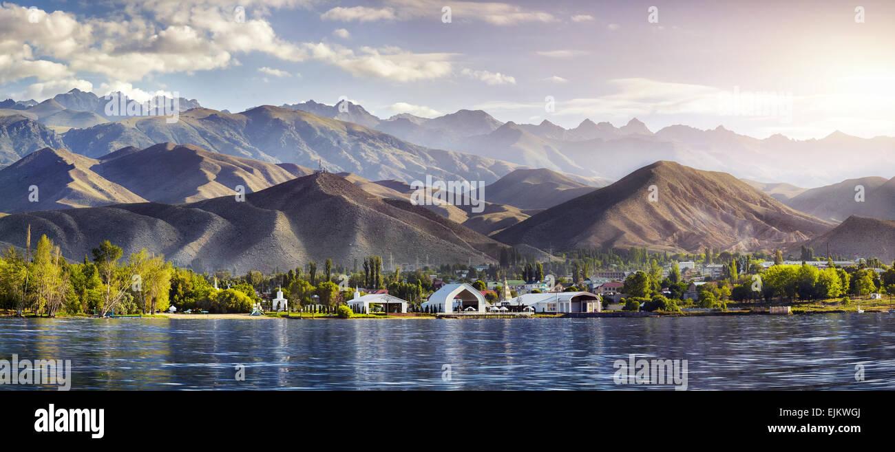 Ver a Ruh Ordo complejo cultural cerca del lago Issyk Kul en montañas de fondo, Kirguistán Cholpon Ata Imagen De Stock