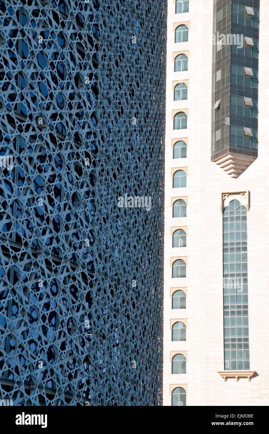 El diseño exterior de la torre de Doha al lado de un edificio vecino en la ciudad de Doha, Qatar. Imagen De Stock