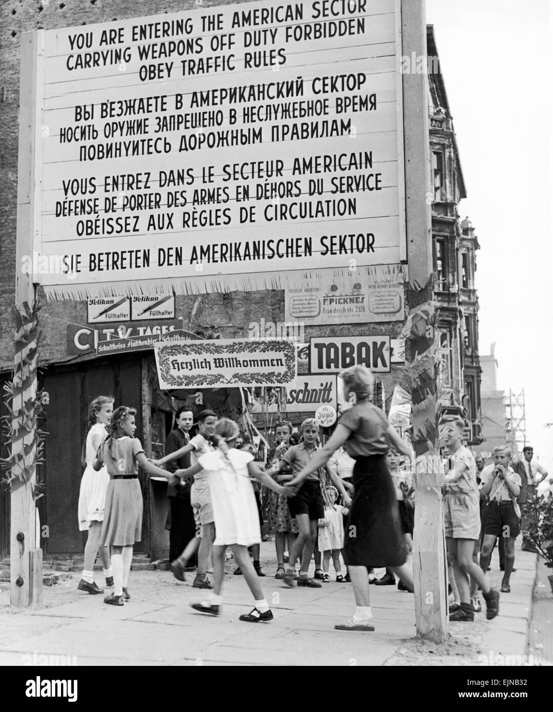 Berlín, una ciudad dividida. Fiesta infantil en la frontera entre sectores de Berlín el 15 de agosto de Imagen De Stock