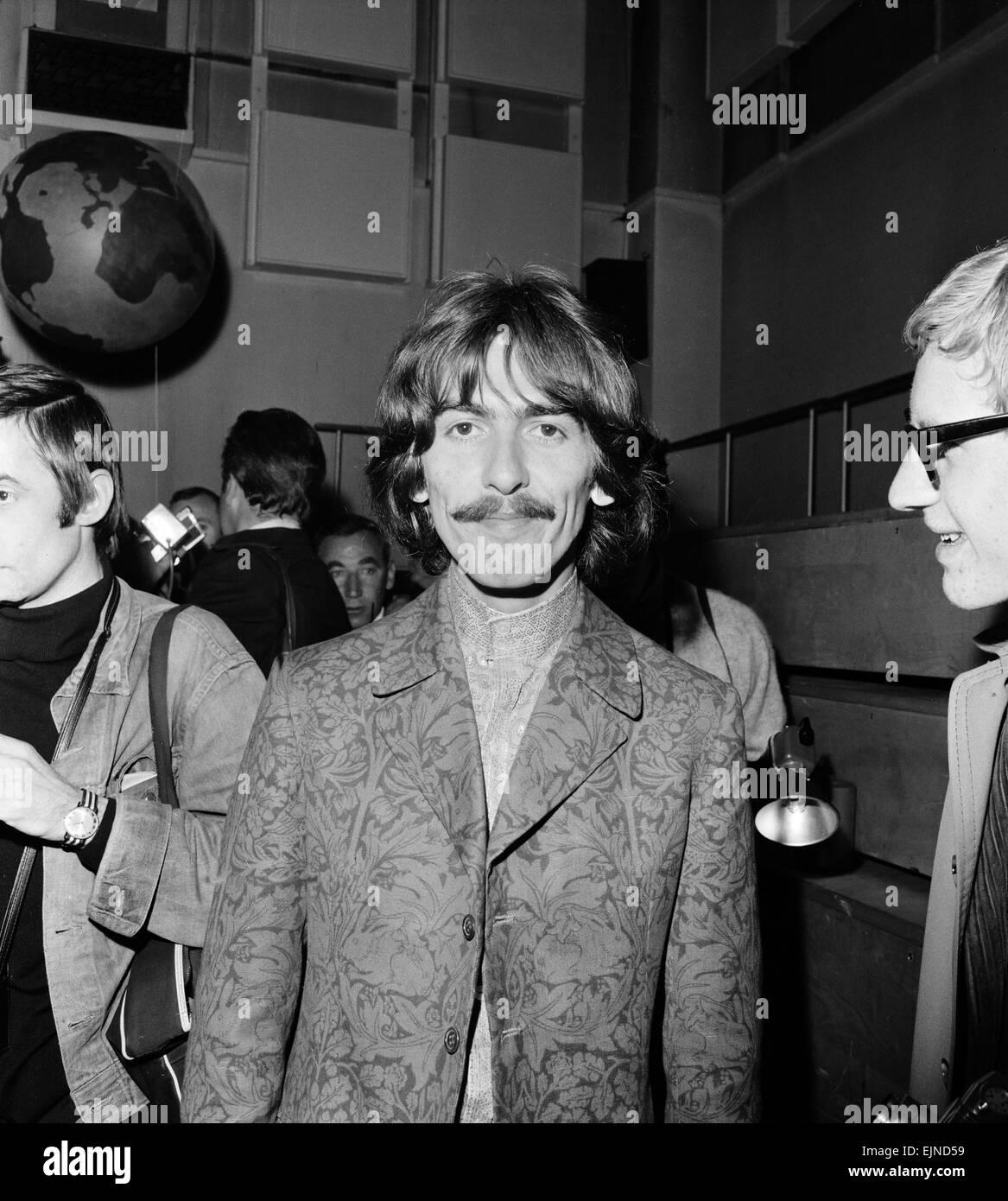 """Pulse llamar para nuestro mundo, el primer enlace televisivo mundial en vivo. Broadcast para 26 países y visto por 400 millones de dólares, el programa fue transmitido vía satélite el 25 de junio de 1967. La BBC ha encargado los Beatles a escribir una canción para la contribución del Reino Unido. """"Todo lo que necesitas es amor"""", una canción escrita por John Lennon y acreditada a Lennon/McCartney fue realizado primero por los Beatles en este evento y Publicado como single del mes siguiente. Foto en Abbey Road Studios el 24 de junio de 1967. Foto de stock"""