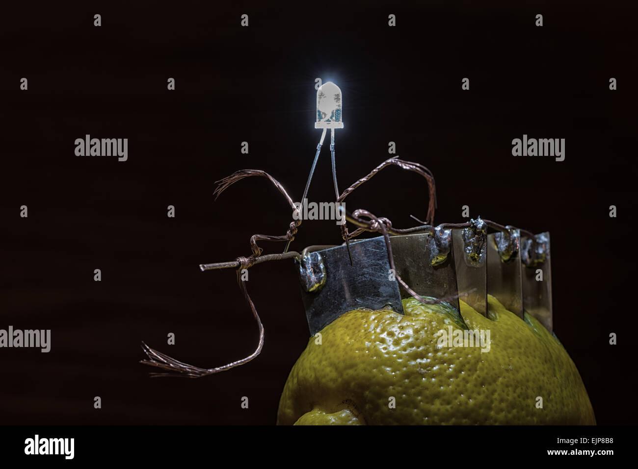Fuente alternativa de energía corriente eléctrica de limón proporciona una tensión y energía Imagen De Stock
