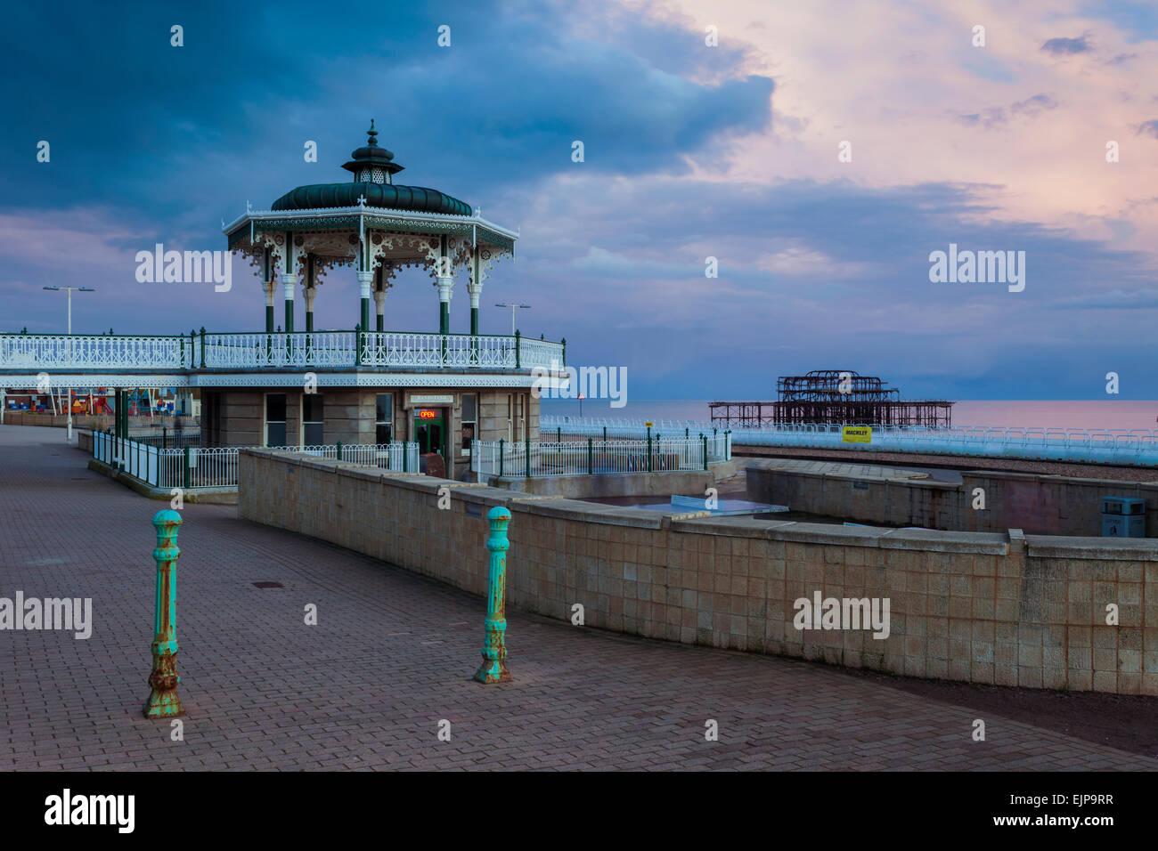 Noche en Brighton Seafront, East Sussex, Inglaterra. Imagen De Stock
