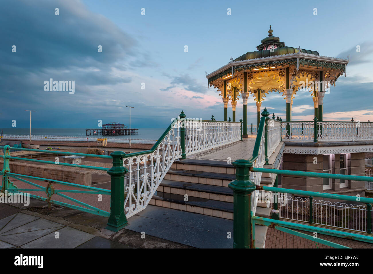 Noche en quiosco de Brighton, East Sussex, Inglaterra. Imagen De Stock