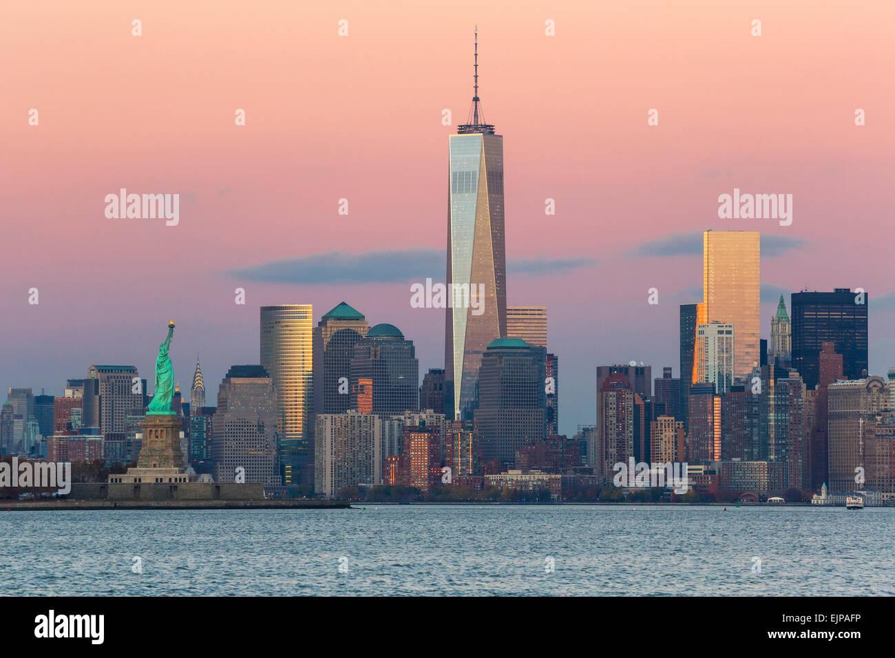 La estatua de la libertad, One World Trade Center y el centro de Manhattan, al otro lado del Río Hudson, Nueva York, Foto de stock