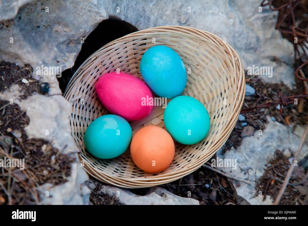 Encontrar un nuevo lugar para esconderse debajo de una roca para la búsqueda del huevo de Pascua Imagen De Stock