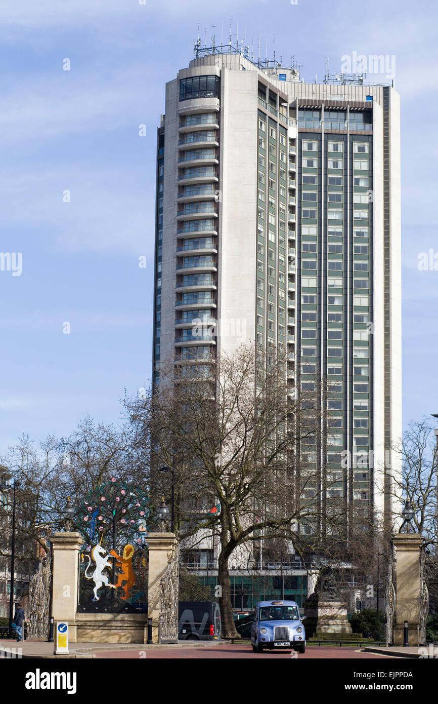 El London Hilton on Park Lane Londres con Taxi y Queen Elizabeth Gate Imagen De Stock