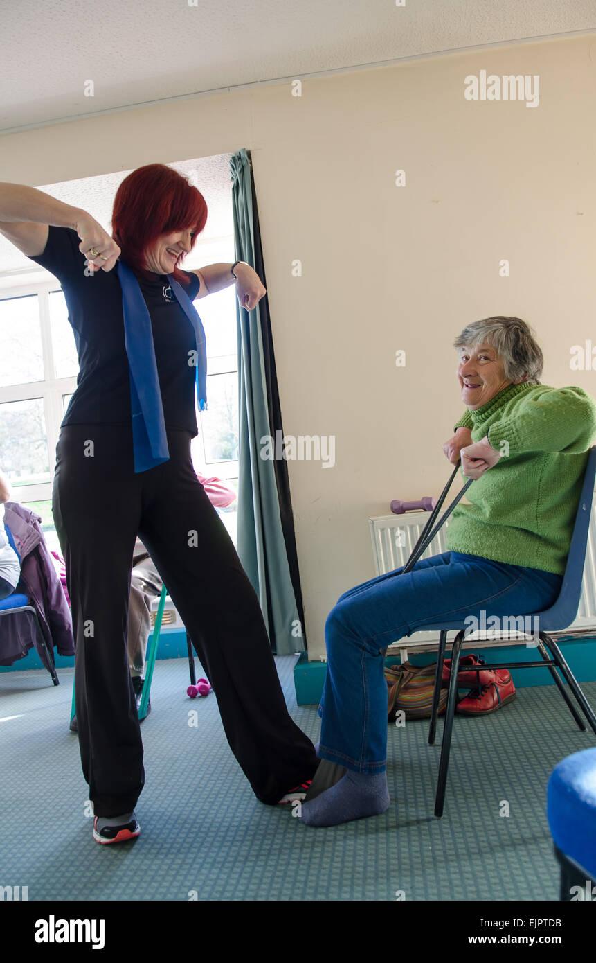 Terapia ocupacional para pacientes con esclerosis múltiples por instructor profesional en Glastonbury, Reino Imagen De Stock