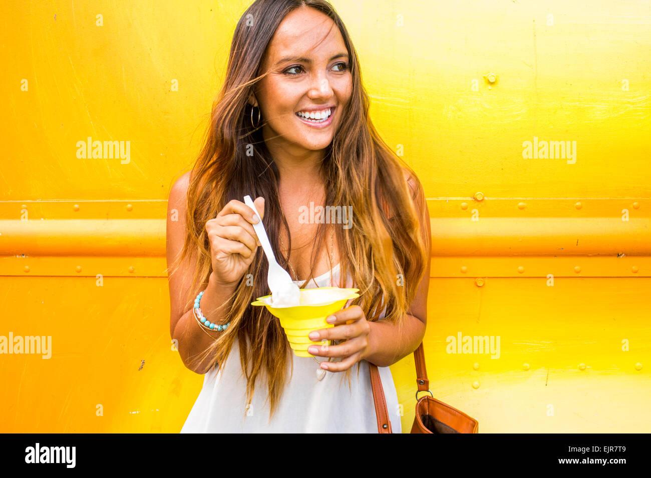 Mujer caucásica comiendo shaved ice Foto de stock