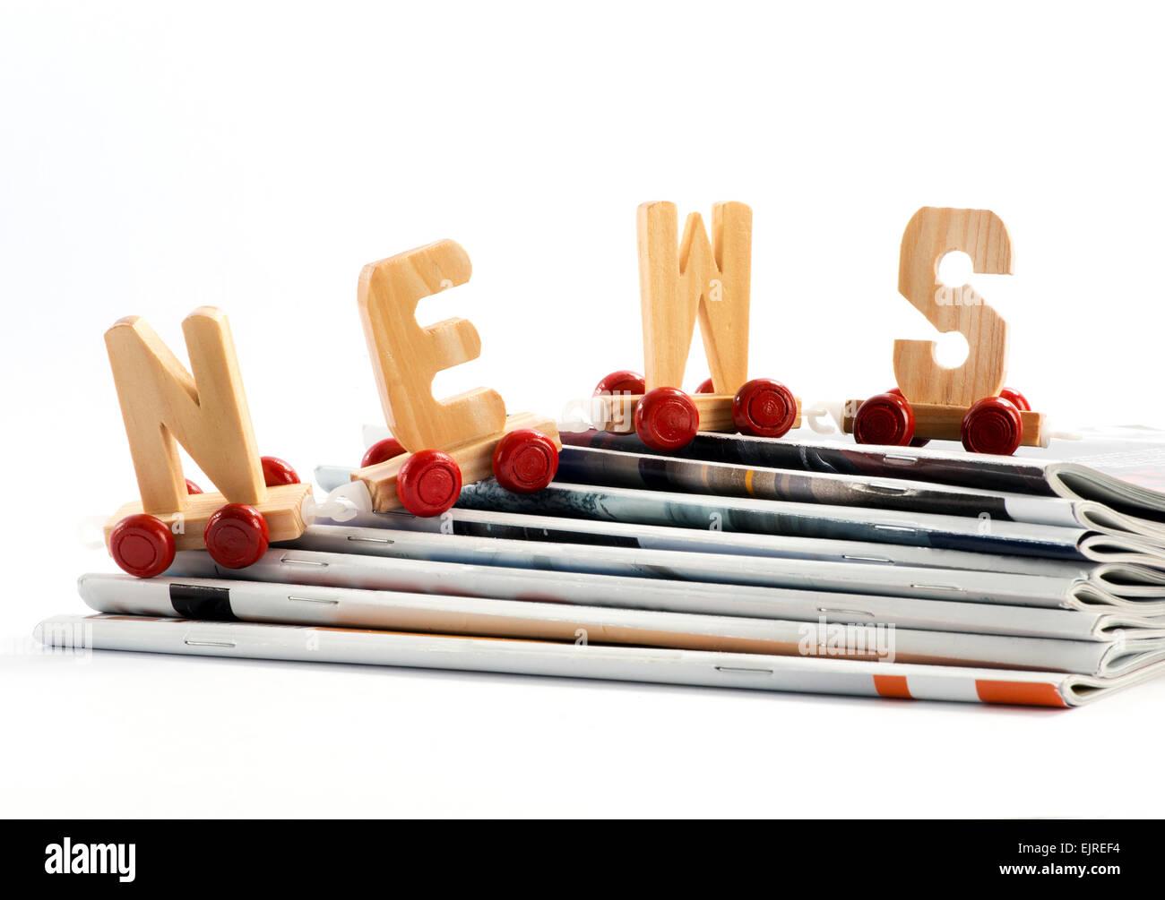 Noticias concepto con un tren de juguete con las letras de madera - Noticias - Imagen De Stock