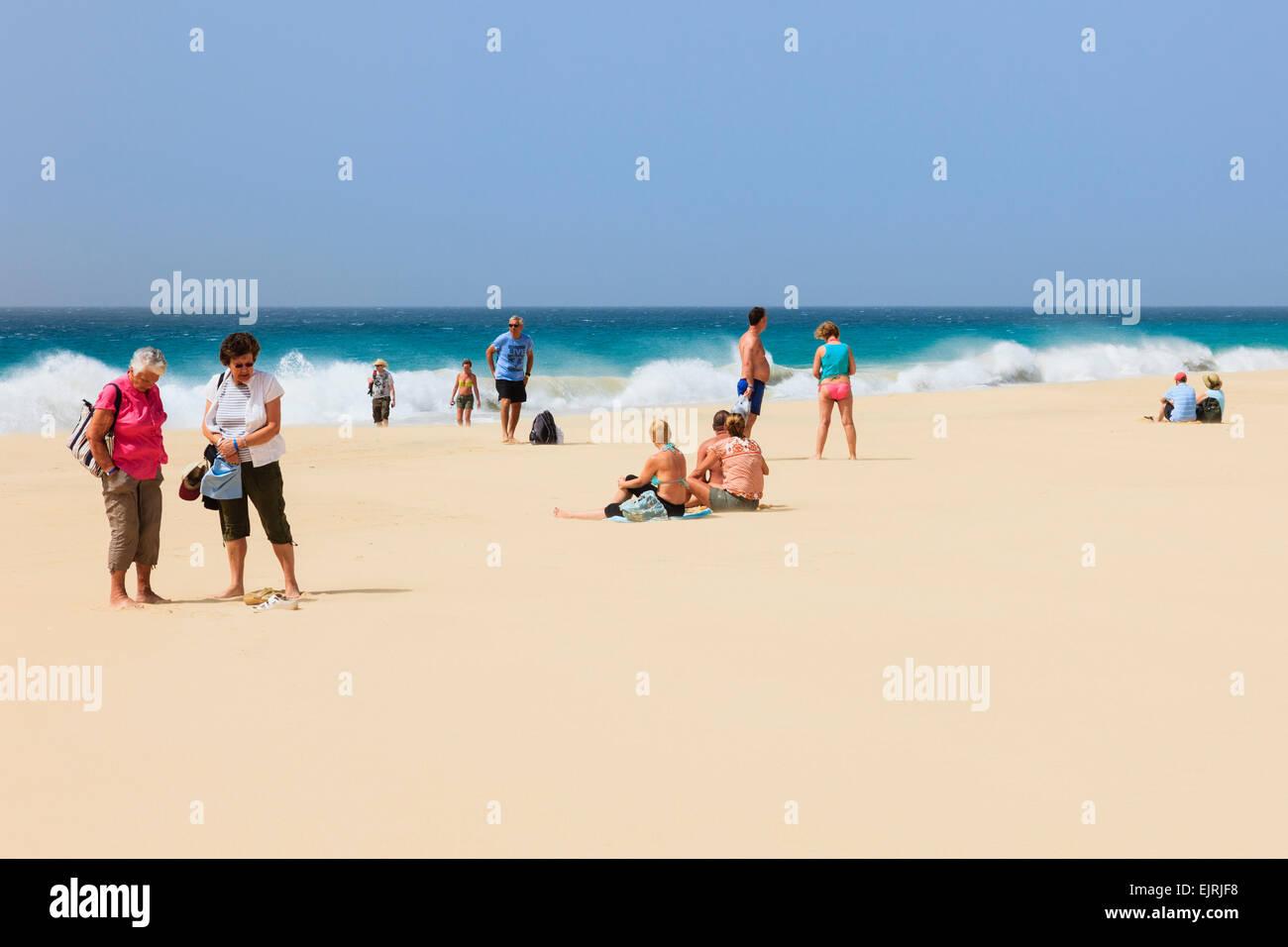 Los turistas en la playa de arena con mar gruesa más allá en la playa de Santa Mónica, Boa Vista, Imagen De Stock